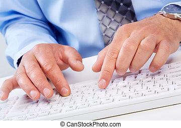 handen, met, een, computer, keyboard.
