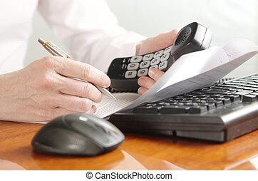 handen, met, handset, op, een, computer toetsenbord