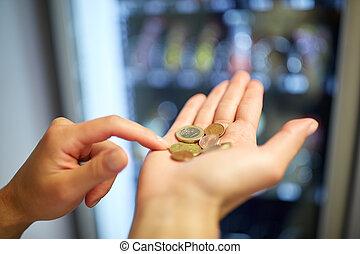 handen, telling, euromunten, op, automaat