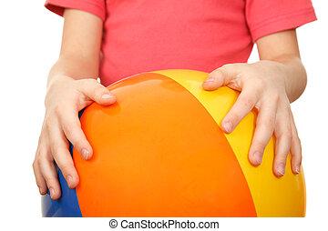 handen, van, kind, hebben, groot, closeup, kleurrijke, inflatable, ball., vrijstaand, op wit, achtergrond.