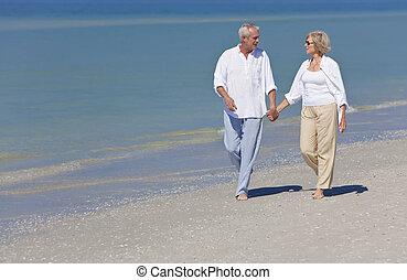 handen, vasthouden, paar, strand, wandelende, vrolijke , senior