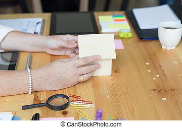 handen, vasthouden, woning, of, thuis, model, -, architectuur, gebouw, bouwsector, vastgoed, en, eigendom, concept