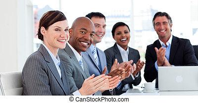 handgeklap, vorm een team portret, zakelijk, internationaal