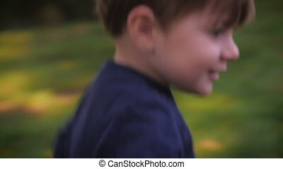 handheld, grit, van, een, jongetje, rennende , en, het...