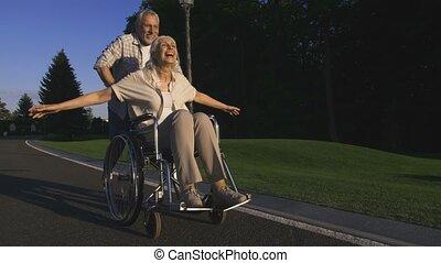 handicapé, apprécier, femme, enchanté, mari