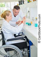 handicapé, chimiste, laboratoire