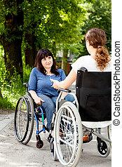 handicapé, conversation, fauteuils roulants, filles, pendant