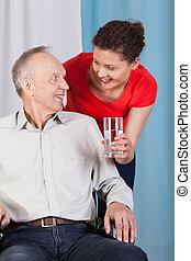 handicapé, donner, femme, eau, jeune