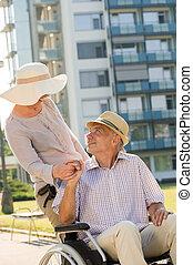 handicapé, fauteuil roulant, personne agee, mari, épouse