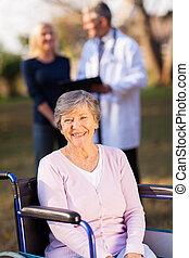 handicapé, femme aînée, dehors