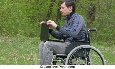handicapé, fonctionnement, nature, ordinateur portable, fatigué, problèmes, pense, coupure, arrière-plan vert, fauteuil roulant, homme