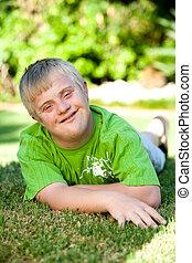 handicapé, garçon, grass., vert, portrait