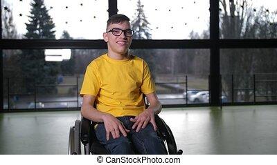 handicapé, intérieur, portrait, garçon adolescent, fauteuil ...