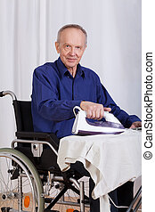 Handicapé, pendant, homme, Repassage