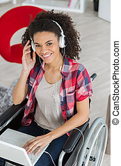 handicaped, mulher relaxando, dela, laptop, jovem