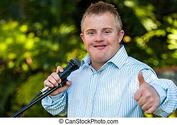 handikappat, pojke, med, mikrofon, gör, tummar, uppe.