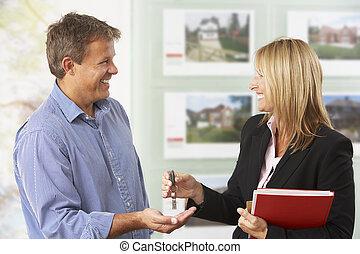 handing, landgoed, sleutels, op, klant, vrouwlijk, nieuw huis