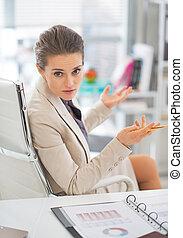 handlowa kobieta, dyskutując, w, biuro