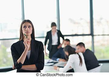 handlowa kobieta, z, jej, personel, w, tło, na, biuro