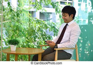 handlowa osoba, asian, telefon, używając, uśmiechnięty człowiek