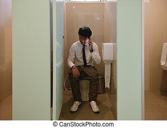 handlowa osoba, telefonowanie, asian, łazienka, pooping, człowiek