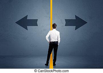 handlowa osoba, wybierając, między, dwa, opcje, rozdzielony, przez, niejaki, żółty brzeg, strzała