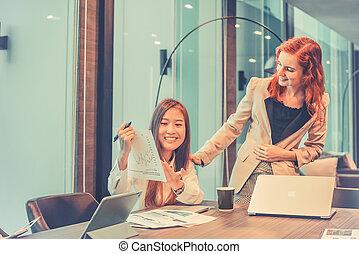 handlowe kobiety, mówiąc do, nawzajem, w, spotkanie pokój, multi ethnic