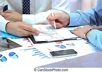 handlowe koledzy, pracujący razem, i, analizując, finansowy, strój