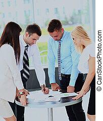 handlowe spotkanie, -, dyrektor, dyskutując, praca, z, jego, koledzy.
