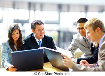 handlowe spotkanie, -, dyrektor, dyskutując, praca, z, jego,...