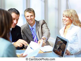 handlowe spotkanie, -, dyrektor, dyskutując, praca, z, jego, koledzy