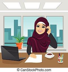 handlowy, arab, kobieta, z, laptop, na, biuro, chodząc, hijab, mówiąc na głosce
