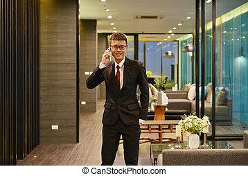 handlowy, asian obsadzają, telefonowanie, w, luksus, życie pokój, w, nowoczesny, izba