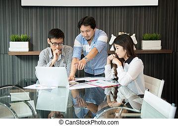handlowy, coworkers, dyskutując, w, spotkanie pokój, w, biuro