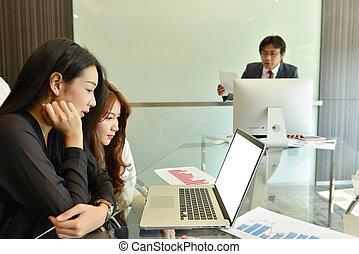 handlowy, ekran, asian, czysty, używający laptop, kobiety