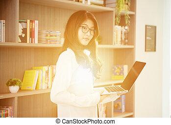 handlowy, laptop, biblioteka, asian, nachylenie, używając, dziewczyna