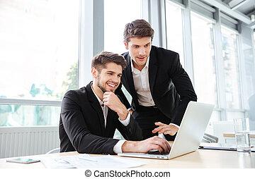handlowy, laptop, dwa, razem, młody, radosny, biznesmeni, używając, spotkanie