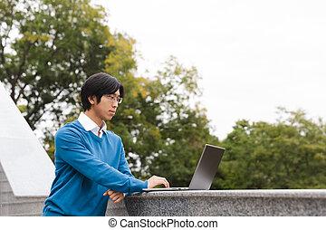handlowy, laptop komputer, asian, używając, uśmiechnięty człowiek
