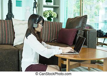 handlowy, laptop, osoba, asian, słuchający, używając, muzyka, dziewczyna