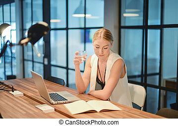handlowy, laptop, woda, picie, przód, dziewczyna, blondynka