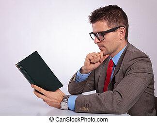 handlowy, młody, pensively, książka, czytanie, bok, człowiek