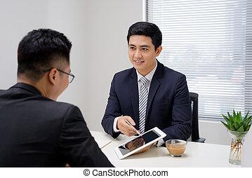 handlowy, meeting., dwa, handlowy zaludniają, posiedzenie, przed, nawzajem, w, biuro, znowu, dyskutując, coś