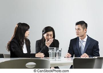 handlowy, podczas, kobieta interesu, ziewanie, chińczyk, spotkanie