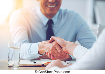 handlowy, posiedzenie, deal., ludzie potrząsające ręki, szczelnie-do góry, dwa, miejsce, pracujący, znowu, dobry