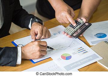 handlowy, pracujące biuro, dwa, wykresy, biznesmeni, uważając