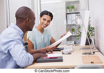 handlowy, pracujący, drużyna, razem, biurko, szczęśliwy