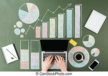handlowy, pracujący, kawa, górny, filiżanka, wykresy, komputer, ludzkie ręki, laptop, prospekt