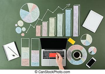 handlowy, pracujący, kawa, górny, filiżanka, wykresy, ręka, komputer, ludzki, laptop, prospekt