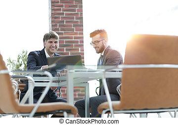 handlowy, pracujący, laptop, dwa, razem, biznesmeni, używając, biuro spotkanie