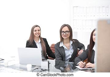 handlowy, przestrzeń, office.photo, posiedzenie, trzy, biurko, kopia, kobiety